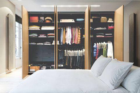 <p>Comincia a semplificare e sgombrare gli spazi partendo dai vestiti della camera da letto. Se non li usi da più di due anni o non sono della tua taglia, regalali. Un dato reale: per l'80 per cento del tempo indossiamo solo il 20 per cento del guardaroba. </p>