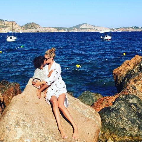 """<p>La modella ha condiviso un momento di dolcezza con il figlio mentre è in vacanza. </p><p>via <a href=""""https://www.instagram.com/p/BIvWXm1BzBN/?taken-by=doutzen"""" target=""""_blank"""">@doutzen</a> </p>"""