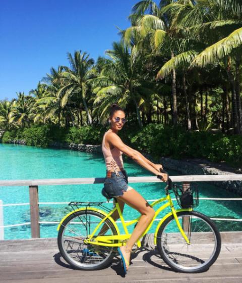 """<p>La top model in bicicletta per le sue vacanze a Bora Bora. </p><p>via <a href=""""https://www.instagram.com/p/BIoJiZnhUpY/?taken-by=joansmalls"""" target=""""_blank"""">@joansmalls</a></p>"""