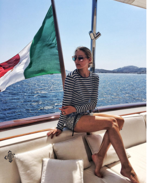 """<p>Perfetto stile marinaresco per Olivia Palermo sulle coste dell'Italia. La fashion icon indossa una t-shirt a righe e occhiali da sole. </p><p>via <a href=""""https://www.instagram.com/p/BIzuWwqhCo2/?taken-by=oliviapalermo"""" target=""""_blank"""">@oliviapalermo</a></p>"""