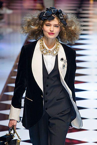 <p>Un look rubato dall'armadio dell'uomo, in cui la <strong>giacca da smoking</strong> è resa preziosa dagli spilloni sul rever e dal colletto collana. Il tocco in più è il fiocco in testa, super femminile. <strong>Dolce & Gabbana</strong>.</p>