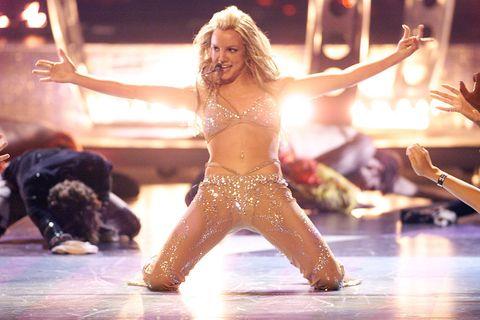 """<p>Britney si affaccia sul nuovo millennio con un secondo album dal titolo arrogantissimo <em>Ooops ... I did it Again!</em>, un look decisamente più sexy, un Timberlake per fidanzato e il video di <em><a href=""""https://www.youtube.com/watch?v=AJWtLf4-WWs"""" target=""""_blank"""">Stronger</a></em>, con la famosa coreografia della sedia che spazza via in poco più di 3 minuti l'immagine della brava ragazza per far entrare in scena la panterona. </p>"""
