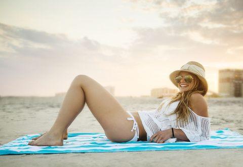 <p><del></del>Un metodo infallibile per mantenere l'abbronzatura? Esporsi al sole ogni volta che è possibile: sul balcone di casa, al davanzale della finestra, su un prato, in riva al lago, al mare o in montagna, anche solo pochi minuti sono sufficienti per sollecitare i melanociti, le cellule della pelle responsabili della produzione di melanina, il pigmento scuro del l'abbronzatura.</p>