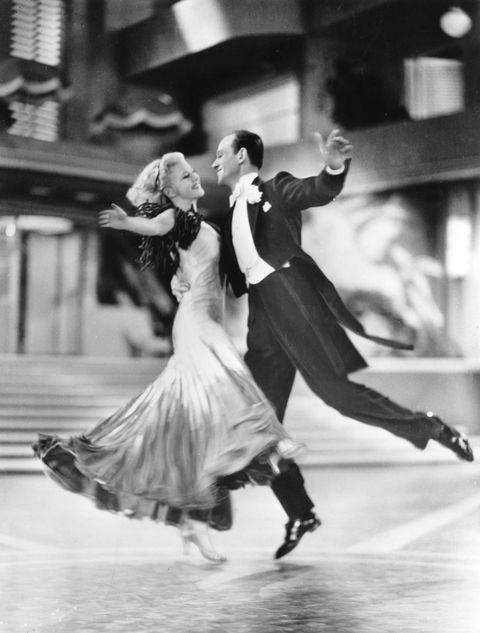 <p>Ginger Rogers e Fred Astaire nel balletto di corteggiamento più famoso della storia del cinema: su una terrazza sul mare, sulle note di <em>Night and day</em>, Fred trascina Ginger in un ballo strepitoso, dolcissimo, ora appena accennato, ora travolgente. E non c'è donna al mondo che non sogni di indossare il suo abito a ruota e di muoversi come lei. Dirige Mark Sandrich.</p>