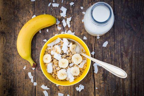 """<p>A proposito di potassio, non si può non pensare alle banane: questo frutto infatti è particolarmente indicato prima o subito dopo l'attività sportiva in quanto molto energizzante e ricco di minerali. Ma oltre al potassio le banane contengono anche una buona quantità di ferro e <a href=""""http://www.gioia.it/benessere/salute/g1017/magnesio-benefici-proprieta-alimenti/"""">magnesio</a> per cui tienine sempre una in borsa, per uno spuntino pomeridiano veloce oppure se non sei riuscita a far colazione prima di uscire di casa.</p>"""