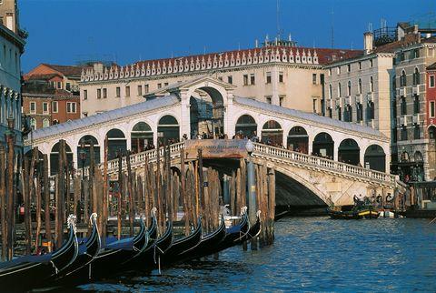 <p>Si classifica invece al secondo posto il Ponte di Rialto: incredibilmente il 56% degli italiani intervistati non ne ha mai sentito parlare. Fanno compagnia a questo celebre ponte anche quello dell'Accademia, degli Scalzi e della Costituzione che attraversano - ve lo sveliamo - il Canal Grande di Venezia.</p>