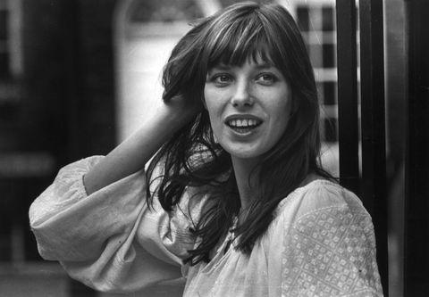 """<p>È il 1983 quando, su un volo Air France Parigi-Londra, Jean-Louis Dumas, a capo di Hermès, si ritrova ad avere come vicina di posto la cantante e attrice <strong>Jane Birkin</strong>. Tra loro, subito, inizia una conversazione vivace, fatta di scambi di idee e intuizioni. Fino a che l'agenda di Jane non le cade dalle mani, spargendo ovunque gli appunti: «Nessuna agenda e nessuna <a href=""""http://www.elle.com/it/moda/borse/news/g795/borse-di-cuoio-estate-2016/"""">borsa</a> è in grado di contenere tutti i miei fogli», dice lei. E Jean, come un vero cavaliere, le promette di creare apposta per lei una borsa che sia capiente e allo stesso tempo elegante: nasce la Birkin. </p>"""