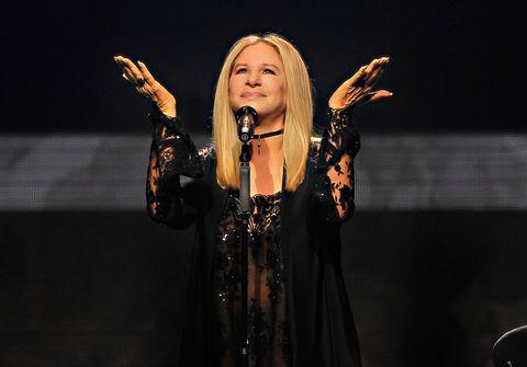 """<p>Il nuovo, bizzarro, ma, ci scommettiamo, vincente progetto di Barbra Streisand la vede alle prese con 10 classici di Broadway interpretati dall'artista insieme ad alcune delle più grandi stelle di Hollywood: Alec Baldwin, Antonio Banderas, Jamie Foxx, <a href=""""http://www.gioia.it/benessere/emozioni/news/a1548/anne-hathaway-gravidanza-chili-da-perdere/"""" target=""""_blank"""">Anne Hathaway</a>, <a href=""""http://www.gioia.it/magazine/personaggi/g1236/uomini-famosi-molto-piu-sexy-con-la-barba/"""" target=""""_blank"""">Hugh Jackman</a>, Seth MacFarlane, Melissa McCarthy, Chris Pine, Daisy Ridley, Patrick Wilson e Anthony Newley, con il quale Barbra si esibisce in uno spettacolare duetto virtuale. Il titolo del curioso esperimento uscito il 26 agosto per Columbia Records è <em>Encore: Movie Partners Sing Broadway</em><span class=""""redactor-invisible-space"""">, in perfetto stile Streisand. <strong>Consigliato a chi</strong>: va letteralmente pazzo per i musical. </span></p>"""