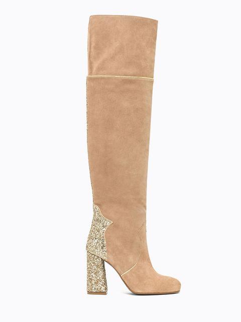 """<p>Alto anzi di più, sopra il ginocchio: <a href=""""http://www.gioia.it/moda/scarpe/a1559/stivali-dear-frances-moda-autunno-inverno-2016/"""">lo stivale</a> di tendenza dell'autunno inverno 2016 è il cuissard. In pelle, perfino in velluto e nell'intramontabile camoscio chiaro come ci insegna Patrizia Pepe che lo propone in veste super sensuale ricamato con strass di cristallo. Come si indossa? Rigorosamente con mini abito perché la proporzione delle lunghezze è importantissima per dominare la moda.</p>"""