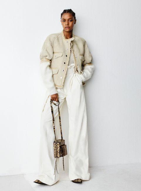 <p>Per una moderna signora delle nevi al passo con le tendenze moda autunno inverno 2016 c'è la giacca shearling a maniche corte, il montone per intenderci. Come si indossa? Ma con un total look in white, giustamente. </p>