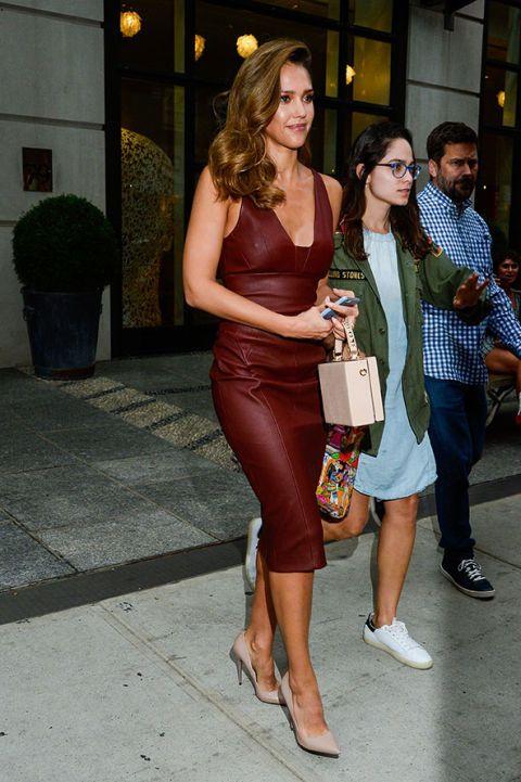 """<p>Il <strong>tubino</strong> è un vero classico del guardaroba femminile: la versione in pelle indossata da <a href=""""http://www.elle.com/it/moda/abbigliamento/suggerimenti/g731/come-vestirsi-per-sembrare-piu-magra-10-consigli-di-stile/"""">Jessica Alba</a> è la più adatta alla <strong>mezza stagione </strong>perché permette di essere super sexy senza soffrire il freddo. </p>"""