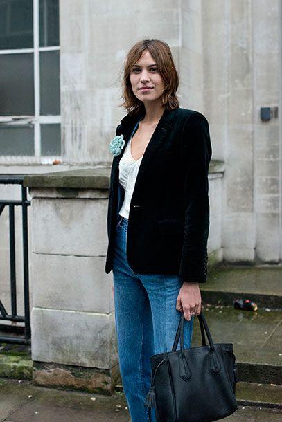 """<p>Chic e attuale, il <strong>blazer</strong> di velluto è tra i must della moda d'autunno: copia il look di <a href=""""http://www.gioia.it/moda/abbigliamento/news/g466/alexa-chung-collezione-marks-and-spencer/"""">Alexa Chung</a> che lo sdrammatizza abbinandolo a jeans e a una spilla colorata.</p>"""