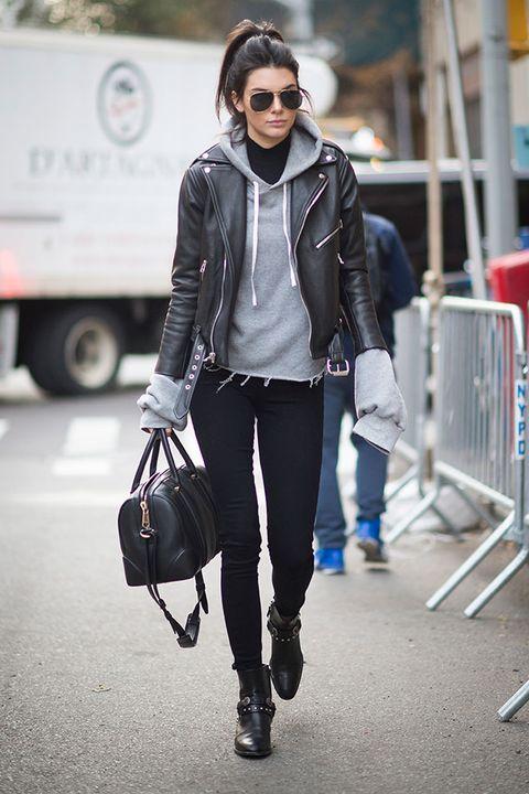 """<p>Quando non fa più così caldo per indossare solo una t-shirt leggera ma non ancora così freddo per farsi coccolare da un avvolgente maglione, la<strong> felpa </strong>è un vero salvavita: ispirati a <a href=""""http://www.elle.com/it/moda/abbigliamento/g1234/gisele-bundchen-kendall-jenner-migliori-look-agosto-2016/"""">Kendall Jenner</a> e rendila rock con un <a href=""""http://www.elle.com/it/moda/tendenze/news/g182/giacca-di-pelle-i-modelli-di-tendenza-primavera-estate-2016/"""">chiodo in pelle</a>.</p>"""