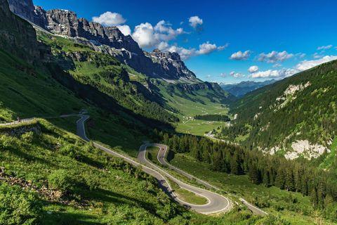 <p>Perfetto da percorrere in auto o in moto, comunque in totale libertà, il <strong>Grand Tour</strong> (<em>Svizzera.it/grandtour</em>) attraversa il Paese per oltre 1.600 chilometri, attraverso quattro regioni linguistiche, su cinque passi alpini e lungo 22 laghi, toccando 11 siti Unesco e due riserve della biosfera. In un alternarsi di scenari diversissimi – alte vette e colline coltivate a vigna, paesaggi glaciali e località balneari, città moderne e borghi medievali – ogni tappa è buona per concedersi un diversivo: esperienze gourmet, sport outdoor, trattamenti benessere, visite culturali, attività agrituristiche o shopping. </p>