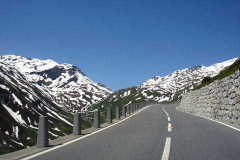<p>Volendo, potete iniziare il tour proprio nella sua parte più bassa, nell'ultima propaggine settentrionale del <strong>Lago Maggiore </strong>(193 metri), che condivide le sue rive con l'Italia, per poi arrivare a sfiorare i 2.500 metri al <strong>Passo del Furka</strong>.</p>