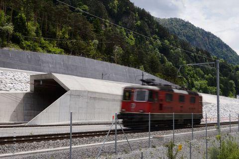 <p>Anche per chi preferisce viaggiare in treno, le possibilità di scelta sono molte. Per esempio, si può prenotare uno degli esclusivi viaggi in anteprima nel tunnel ferroviario più lungo del mondo (57 km), la galleria di base del <strong>San Gottardo</strong>, appena consegnata alle Ferrovie federali svizzere dopo 17 anni di lavori, che aprirà ufficialmente al traffico il prossimo 11 dicembre. A bordo del treno speciale <strong>Gottardino</strong>, si entra nelle viscere delle Alpi con la possibilità, unica, di fare tappa all'interno del tunnel per una visita guidata a quella che è l'opera del secolo (i biglietti sono limitati, per informazioni e acquisti: <em>SwissTravelSystem.com/puntivendita</em>).</p>