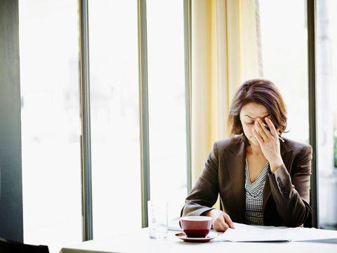 <p><strong>Tutti i sintomi dell'ansia </strong>a volte sono difficili da identificare: spesso infatti si va dal medico lamentando un disturbo che non viene subito ricollegato ad uno stato ansioso, così vengono prescritto farmaci inutili oppure visite ed esami continui per cercare le possibili cause organiche che in realtà hanno sede soltanto nella testa. Se soffri di insonnia, irrequietezza, irritabilità, disturbi dell'attenzione, hai difficoltà a concentrarti e la tua mente è attraversata da pensieri ossessivi e da una sensazione di pericolo allora l'ansia è la causa del tuo problema.</p>