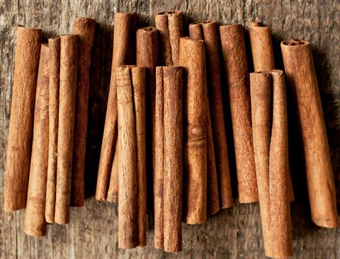 """<p>La <strong>cannella </strong>va ad agire sulla cosiddetta fame nervosa, per cui è l'ideale durante le <a href=""""http://www.elle.com/it/benessere/diete/consigli/a1514/dieta-dimagrire-punti-critici-rimodellare-corpo/"""">diete</a><strong><a href=""""http://www.elle.com/it/benessere/diete/consigli/a1514/dieta-dimagrire-punti-critici-rimodellare-corpo/""""> dimagranti</a></strong>. Va assunta al mattino, insieme ad un cucchiaio di miele, dato che in quel particolare momento della giornata il metabolismo è più attivo e si può così cominciare tutte le attività con quello sprint in più.</p>"""