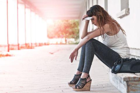 """<p>L'<strong>ansia</strong> può provocare tutta una serie di <strong>dolori fisici</strong>: sono moltissimi i <strong>dolori somatici dell'ansia </strong>che possono presentarsi da individuo a individuo con intensità e frequenza diverse. Se sei una persona che somatizza l'ansia sull'apparato gastrointestinale allora soffrirai di <strong><a href=""""http://www.elle.com/it/benessere/salute/consigli/a1104/gastrite-sintomi-rimedi/"""">gastrite</a></strong>, reflusso gastroesofageo, colon irritabile e anche nausea. A rischio c'è anche in sistema nervoso, i cui squilibri possono provocare anche vertigini, tremori, tensioni muscolari - e inevitabili contratture -, vampate di calore o debolezza. Che dire poi del cuore, tra tachicardia e palpitazioni. Insomma se soffri di ansia tutto il tuo corpo è sofferente e bisogna cercare una soluzione per non incorrere in problematiche peggiori (come una gastrite che se non curata può degenerare in ulcera).</p>"""
