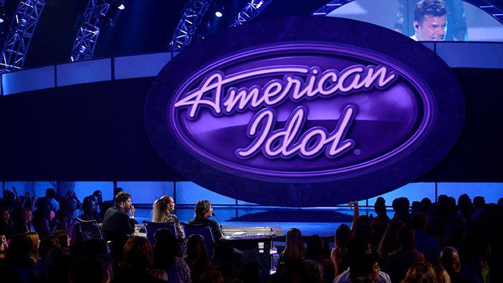 <p><strong>Rai 2</strong> ha cancellato <em><strong>The Voice</strong></em> dopo ben quattro anni: ma niente paura, il secondo canale della tv pubblica non rimarrà a corto di talent. Indiscrezioni vorrebbero ai blocchi di partenza la versione italiana di <strong><em>Idol</em>, </strong>celebre show americano dedicato alla musica (avete presente American Idol?): <em>Italian Idol</em>, prodotto da FremantleMedia Italia che già firma <em>X Factor</em>, dovrebbe iniziare nel 2017. </p>
