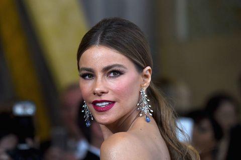 """<p>Al primo posto, e per il quinto anno consecutivo, c'è lei, <a href=""""http://www.elle.com/it/magazine/personaggi/g1235/vip-figli-secondogeniti/"""" target=""""_blank"""">Sofia Vergara</a>, star della comedy super premiata <em>Modern Family</em> e da quest'anno anche regista (nonché volto di una nota marca di shampoo). L'attrice di origine colombiana, che si porta a casa la bellezza di 43 milioni di dollari all'anno, è uno dei più eclatanti quanto rari esempi di sventola pazzesca in grado di far ridere, ma ridere sul serio. Insomma, la guardi recitare e riesci al contempo a invidiarle ogni centimetro quadrato di corpo e a volerci uscire insieme per un paio di shot di tequila. Se non è talento questo...</p>"""