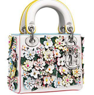 <p>Uno sbocciare di fiori, su questa borsa a due manici, <strong>Dior</strong></p>