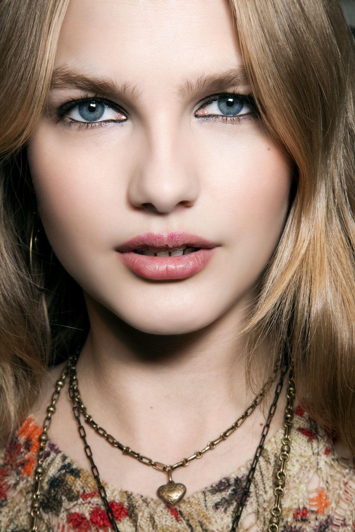 <p>Etro lo usa nel modo più classico, riempendo di colore la<br> rima palpebrale della palpebra inferiore e superiore, in modo che sbavi un po'. </p>