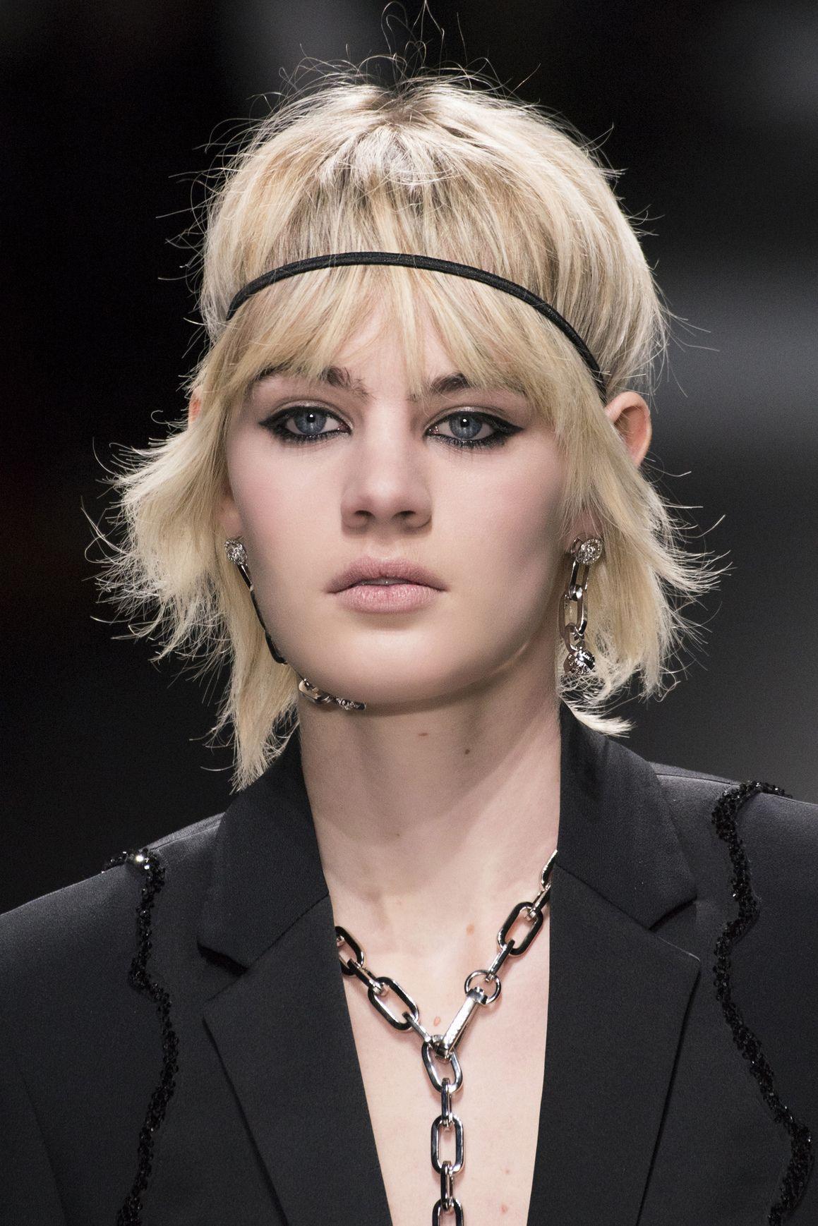 <p>Versace lo integra in un make up decisamente rock, con spessa riga di eyeliner sulla palpebra superiore. </p>