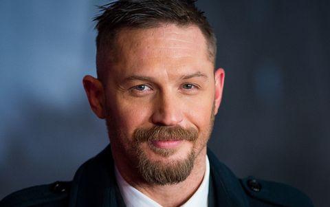 """<p><a href=""""http://www.gioia.it/magazine/personaggi/news/g713/james-bond-chi-sara-il-nuovo-007/?slide=12"""" target=""""_blank"""">Tom Hardy</a>, dopo la fantastica interpretazione nel glorioso <em>Mad Max: Fury Road</em>, per noi merita solo ruoli pazzeschi. E quello nel nuovo lavoro di Christopher Nolan, già regista di, per dirne un paio,<em> Inception</em> e <em>Il cavaliere oscuro</em>, promette molto bene. Questa volta Nolan ambienta la pellicola durante la Seconda guerra mondiale, durante il """"miracolo di Dunkerque"""", ovvero un'operazione di evacuazione navale su larga scala delle forze Alleate che ebbe luogo dal 27 maggio al 4 giugno 1940. Ergo, azione e tensione a palate. </p>"""