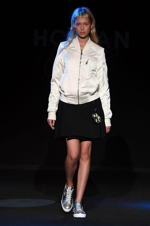 <p>Bomber bianco, giacca iper trendy dell'autunno inverno 2016, mini kilt nero e ai piedi un paio delle nuove sneakers H320 in silver. Look fresco e giovane per tutti i giorni.</p>