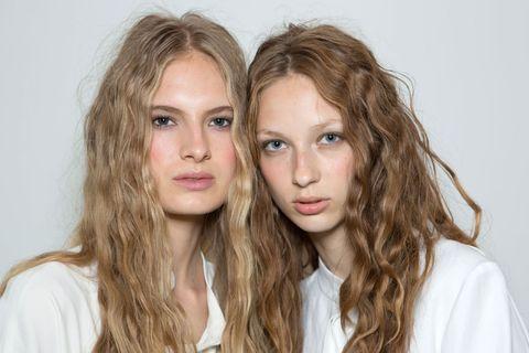 <p>L'hairstylist James Pecis, per la sfilata di Zero + Maria Cornejo, ha creato questi ricci che sembrano arrotolati.</p>