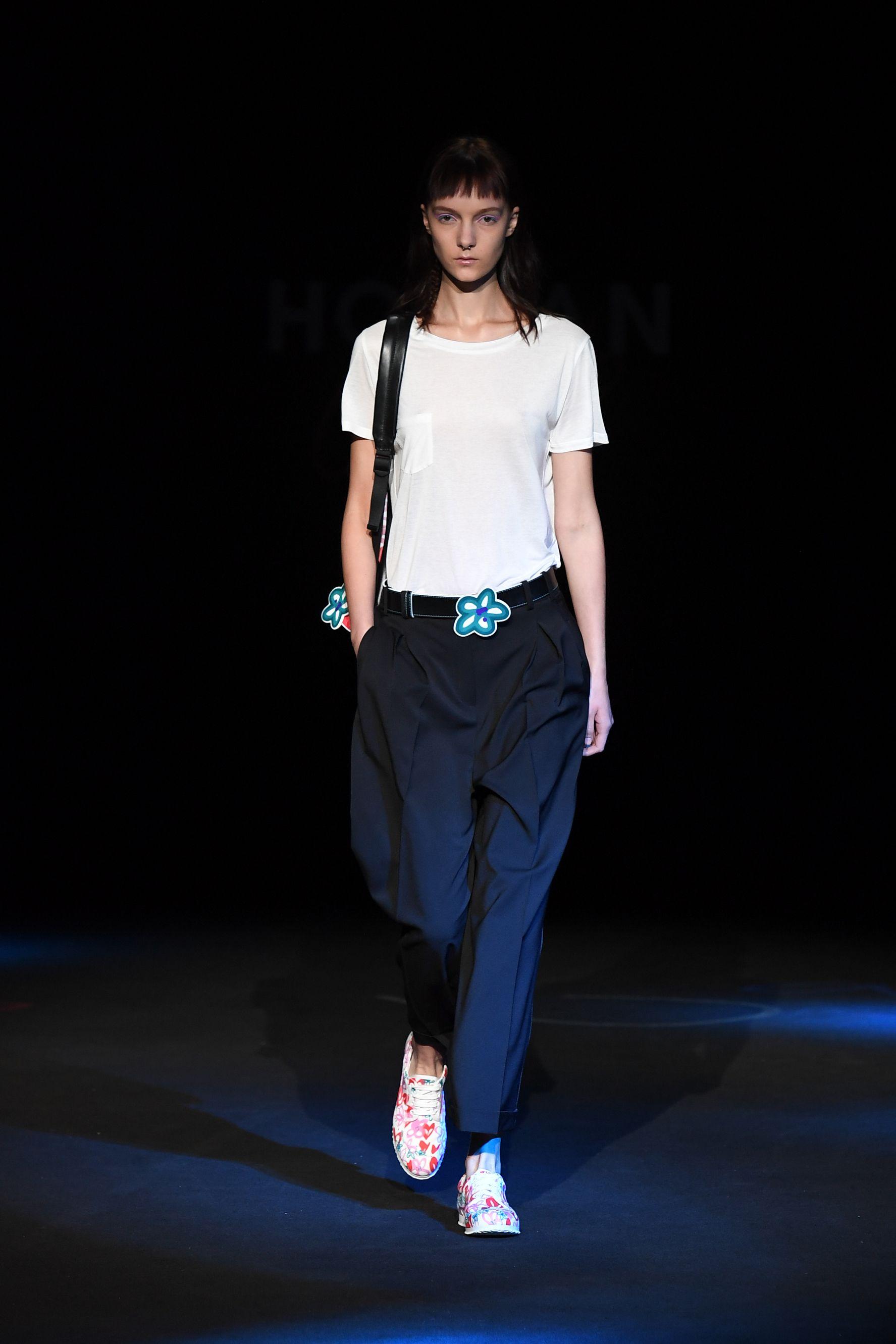 <p>Traditional86 a fiori: l'iconica sneakers di lusso Hogan in chiave pop si porta con un look simply chic composto da pantalone over e t-shirt bianca. Pronte per l'ufficio?</p>