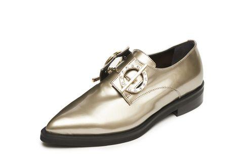 <p>Molto rock la derby appuntita di Coliac by Martina Grasselli: in morbida pelle dorata con chiusura a cerchi, ispirazione collier sulla scarpa da uomo.</p>
