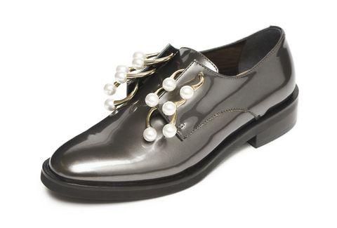 """<p>La scarpa derby trasformata in gioiello: in pelle silver con chiusure piercing. L'anello si indossa ai piedi nella <a href=""""http://www.elle.com/it/moda/borse/g1491/street-style-borse-scarpe-milano-fashion-week/"""">primavera estate 2017</a> di Coliac.</p>"""