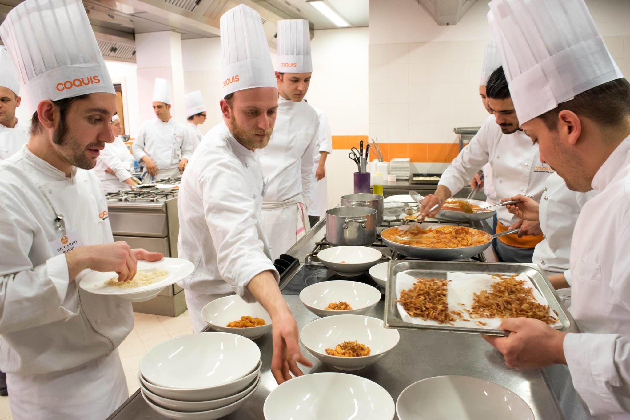 Alma diplomati alla scuola di cucina italiana foto di