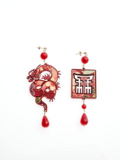 """<p>Verso Oriente tra arte e moda. Succede a Palazzo Reale con la <a href=""""http://www.gioia.it/idee/viaggi/suggerimenti/g1444/mostre-autunno-2016-italia/"""">mostra «Hokusai, Hiroshige, Utamaro</a>. Luoghi e volti del Giappone» e i Gioielli Lebole, fino al 29 gennaio 2017. Dall'iconica Grande onda alle vedute del monte Fuji, lo stile dell'arte giapponese raccontato dalle opere dei tre artisti giapponesi famosi in tutto il mondo si mescola alla collezione Mito del brand di gioielli, anch'essa ispirata al Giappone. Così i colori, l'eleganza, i tessuti e le immagini del lontano Oriente si alternano a xilografie policrome, libri e gioielli, quelli di Lebole, presenti nel bookshop della mostra.</p>"""