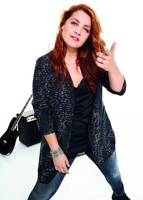 """<p>Tra i trend della moda autunno inverno 2016 non manca la <a href=""""http://www.elle.com/it/moda/abbigliamento/suggerimenti/g1414/lingerie-curvy-intimo-plus-size-ashley-graham/"""">lingerie</a> che si porta a vista. Ecco che la canotta in seta nera con pizzo della nuova collezione Fiorella Rubino remix by Noemi è perfetta.</p>"""