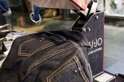 <p>In cosa consiste Younique? Semplice, il negozio Liu Jo di Corso Buenos Aires si trasforma in un laboratorio artigianale dove una volta scelto il modello di jeans, potete scegliere di costumizzarlo e renderlo unico.</p>