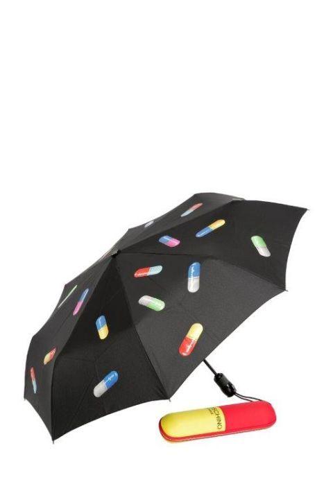 <p>Ombrellino mini per una pioggia di medicinali della capsule collection  di Moschino. Prezzo: 114,00 euro</p>