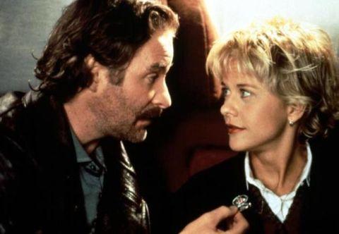 """<p><a href=""""http://www.elle.com/it/bellezza/viso-e-corpo/g1421/botox-cosmetici-bio-star-ritocchi/"""" target=""""_blank"""">Meg Ryan</a> è stata la regina anni 90 dei ruoli borderline, sempre lì lì tra lo strapparti un sorriso e farti venire il prurito alle mani. In questo caso specifico di French Kiss, pellicola datata 1995 e che la vede al fianco di un baffuto Kevin Kline, lei è la fobica e, teoricamente, tenera Kate, raggirata da un astuto ladro e pure mollata a distanza dal fidanzato. Una perfetta compagna di bevute, sempre in teoria, se non fosse che per tutta la durata del film prevale nettamente il prurito alle mani. </p>"""