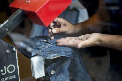<p>Una volta scelte le applicazioni e le modifiche sul proprio jeans nuovo, sotto le mani di artigiani specializzati, la tela denim si trasformerà in un'opera d'arte pronta ad essere sfoggiata al prossimo evento fashion.</p>