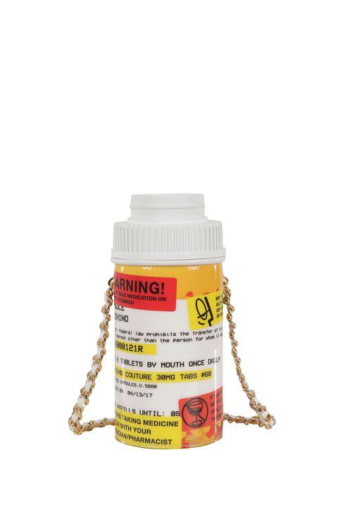 <p>La confezione di pastiglie diventa borsa a tracolla nella capsule collection drug & medicine di Moschino. Prezzo: 645,00 euro</p>