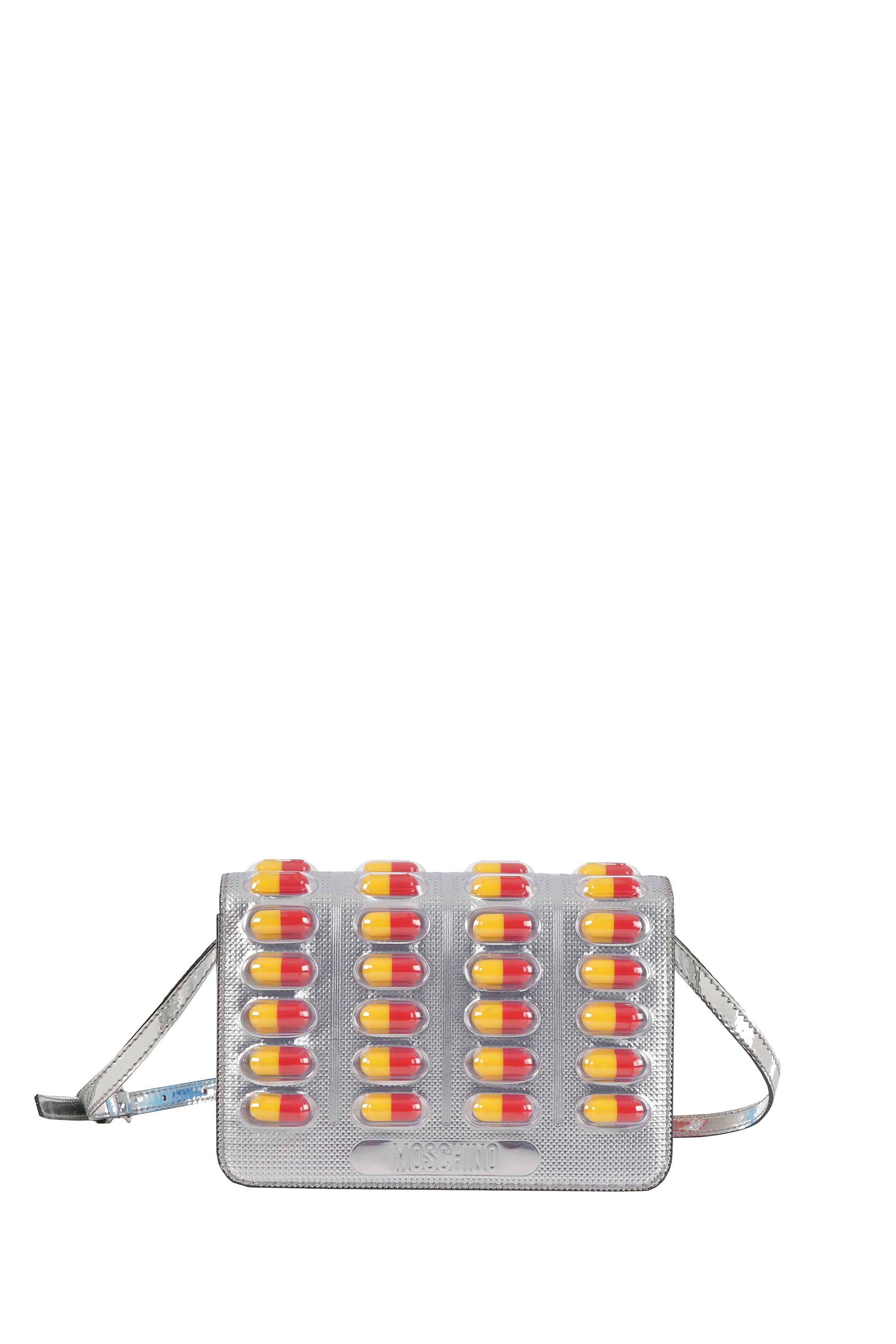 <p>Farmacia a porter con la borsa a spalla della capsule collection drug & medicine di Moschino. Prezzo: 775,00 euro</p>