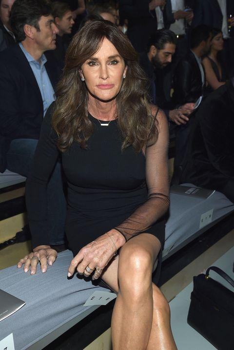 """<p>Bruce Jenner è un ex atleta statunitense, specializzato nelle prove multiple, medaglia d'oro ai Giochi olimpici di Montreal 1976, patrigno di Kim Kardashian e padre di Kendall. Poi ad aprile 2015 ha fatto coming out come donna e ha detto: «Ero una bambina intrappolata nel corpo di un bambino. La gente mi guarda in modo diverso, ora. Sono una donna, fondamentalmente. Il mio cuore e la mia anima, tutto quello che faccio nella vita ed è parte di me, e il lato femminile è parte di me, sono quello che sono. Nonostante io non sia nato geneticamente in questo modo. Ho vissuto una bugia su chi fossi per tutta la vita ma adesso non ce la faccio più». Addio a Bruce! Benvenuta <a href=""""http://www.elle.com/it/moda/abbigliamento/news/a970/caitlyn-jenner-volto-hm-abbigliamento-sportivo/"""">Caitlyn Jenner</a>!</p>"""