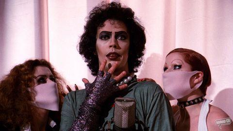 """<p>I veri fans ne conoscono a memoria tutte le battute, e c'è chi, quando nel 1975 uscì nelle sale, sconcertando i benpensanti, dichiarò di averlo visto centinaia e centinaia di volte. Il musical fuori dagli schemi e fuori di testa<em> The Rocky Horror Picture Show</em> firmato da Jim Sharman è un<strong> capolavoro</strong> visionario come ne esistono pochi al mondo, e con la sua <a href=""""http://www.elle.com/it/moda/abbigliamento/news/a1143/susan-sarandon-testimonial-marc-jacobs-autunno-inverno-2016-2017/"""" target=""""_blank"""">Susan Sarandon</a> acerba ma perfetta nella parte della scioccata sposina novella e un Tim Robbins ruggente e ipnotico, è davvero imperdibile. </p>"""
