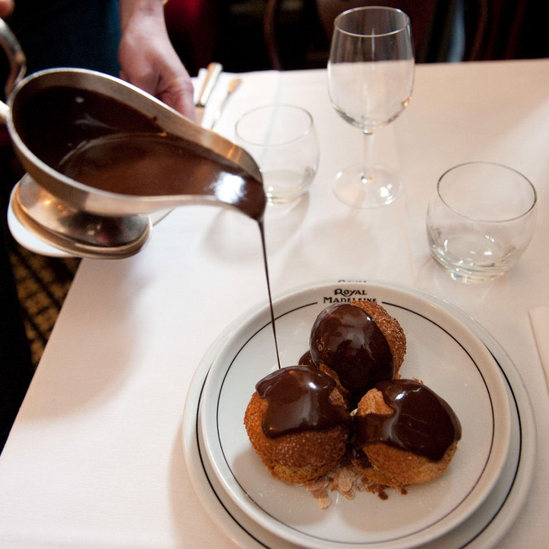 <p>Chez Monsieur (<em>www.chezmonsieur</em><em>.fr</em>) è un adorabile bistrot vicino Place de la Madeleine. Serve cucina tradizionale francese, tra cui la deliziosa zuppa di cipolle e divini profiterole al cioccolato, in un ambiente caldo e accogliente.</p>