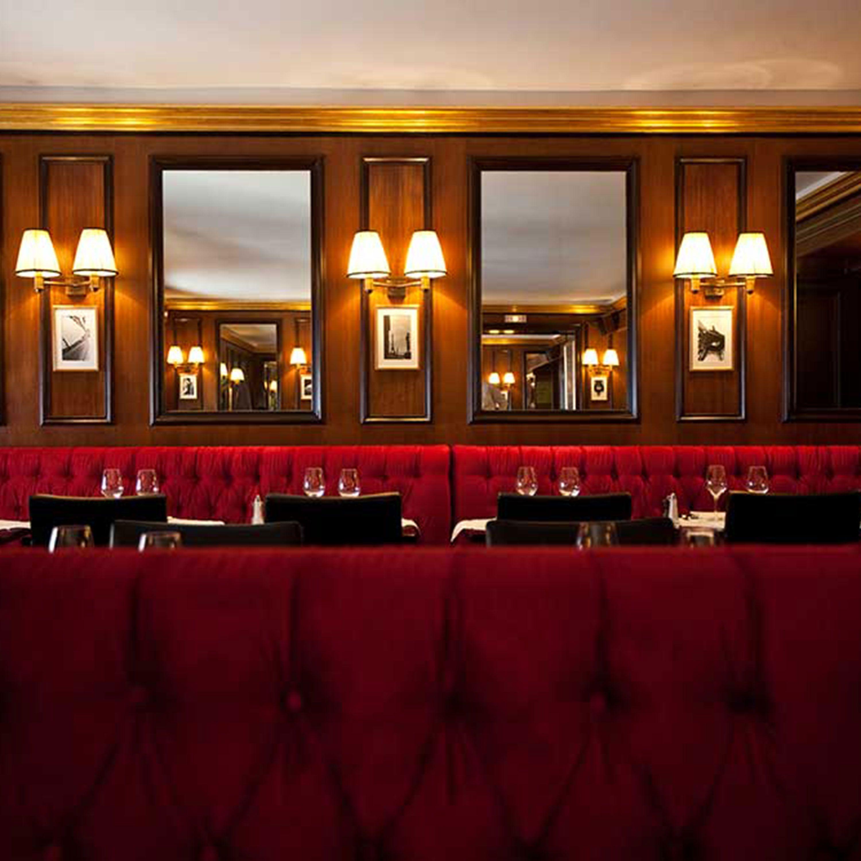 """<p>Il Café Castiglione (<em><a href=""""http://www.lecastiglione.com"""">www.lecastiglione.com</a></em>) è un po' la mensa del mondo fashion durante la Settimana della moda di Parigi. Il servizio è semplice, i tavoli sono piccoli, ma in compenso fanno i migliori hamburger e bistecca della città.</p>"""