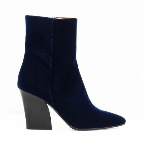 <p>Il tacco angolare rendono questi stivali in velluto cool.</p><p><br></p><p>Stivali  <strong>& Other Stories</strong>.</p>