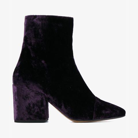 <p>C'è qualcosa di più lussuoso del velluto viola? Questi stivali possono essere indossati con un jeans boyfriend per sdrammatizzare il look.</p><p><br></p><p>Stivali <strong>Dries Van Noten</strong>. </p>