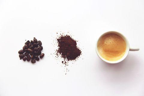 """<p>Se si bevono dalle 3 alle 5 tazzine al giorno di caffè, questa bevanda può aumentare la protezione contro le <strong>malattie cardiovascolari</strong>, offrendo uno scudo contro infarto, ictus e scompensi cardiaci. Anche una ricerca condotta nel 2015 ha mostrato come i consumatori abituali di caffè abbiano le arterie più in salute e meno colesterolo.</p><p><span class=""""redactor-invisible-space""""></span></p>"""